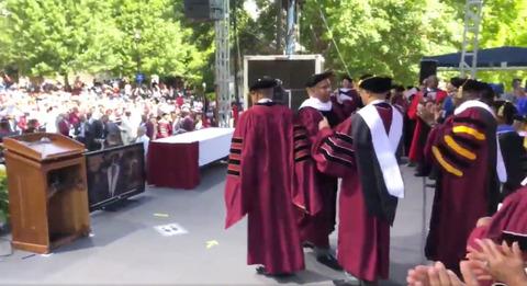 【米国で最も裕福な黒人】大学の卒業式で突然「卒業生約400人全員分の学生ローンを肩代わりする」と宣言、総額は推計で約44億円!