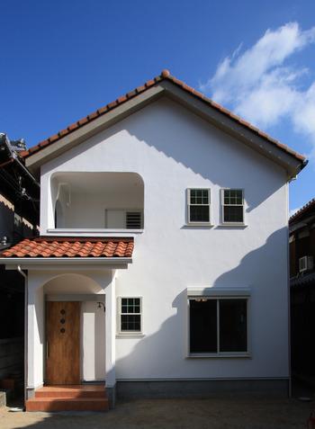 「白い格子窓とバルコニーがかわいいお家」