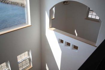 22 吹き抜け 2階ホールより 窓 スキップフロア IMG_1805