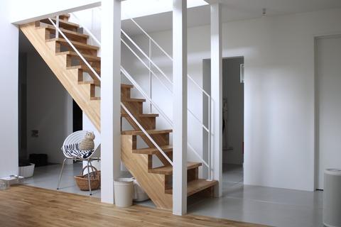 階段まわりをシンプルに