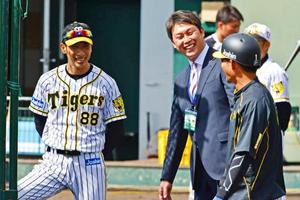 新井貴浩氏が阪神キャンプ訪問「トリが元気だった」