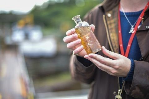 イギリスで工事現場から121年前のウイスキーが出土、日本では海底熟成のウイスキーがお目見え
