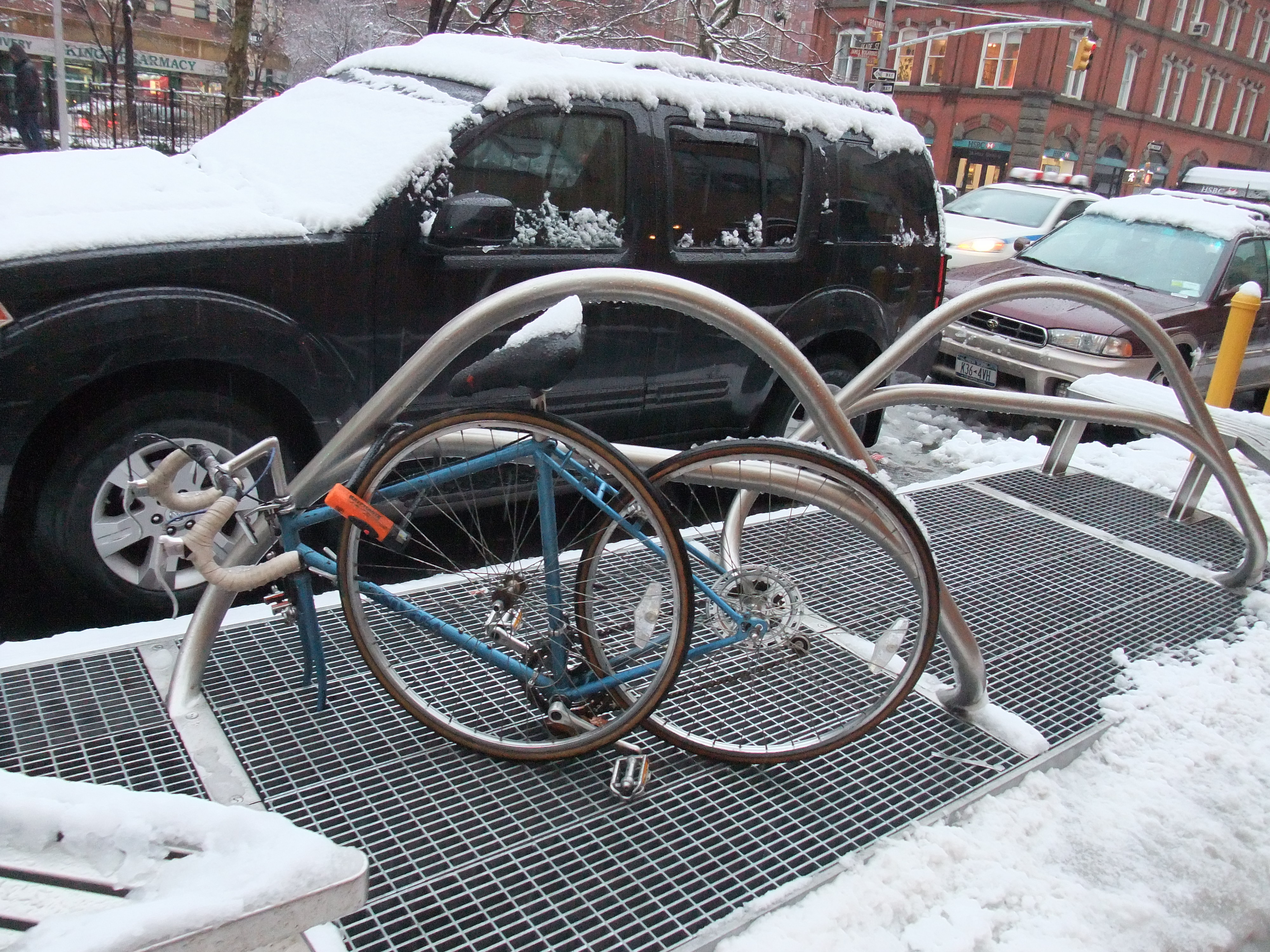 自転車の 頑丈な自転車 : ... 自転車を頑丈な鎖でグルグルと