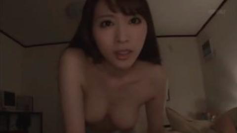 【本田岬】隣で寝ている妹にバレないように妹の彼氏を夜這いしてパイズリ抜きするスケベお姉様www