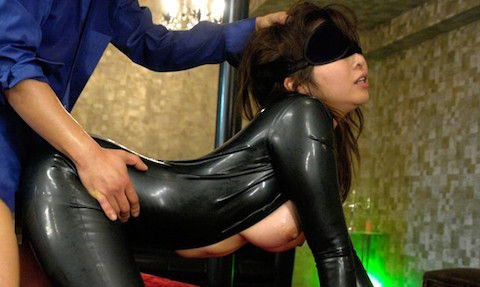 【KAORI】ラバースーツ姿の巨乳美熟女が手錠と目隠しをされてスパンキングされるSMセックス!
