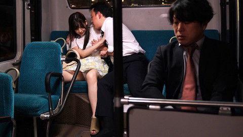 【明里つむぎ】バスの車内で集団痴漢に陵辱される清楚系女子大生
