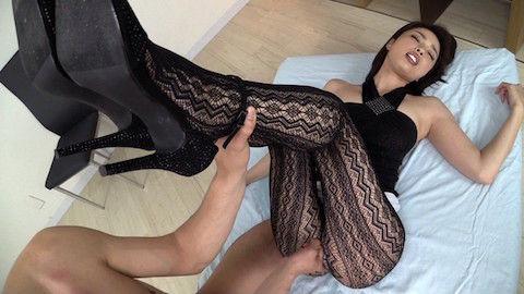 【かすみりさ】巨乳美人のパンスト美脚にチンコ擦り付けて大量射精したったwww
