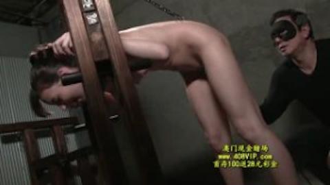 【西田カリナ】ギロチン拘束されてアナルにフックを挿入されるハーフ美人の調教電マ責め