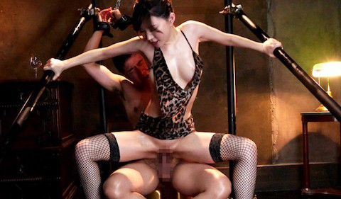 【里美ゆりあ】拘束したM男の上で腰を振り続けるパイパン巨乳美人の淫乱痴女セックスがヤバいwww