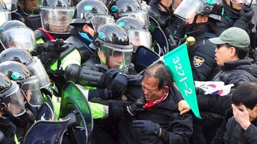 Koreans clash with the police