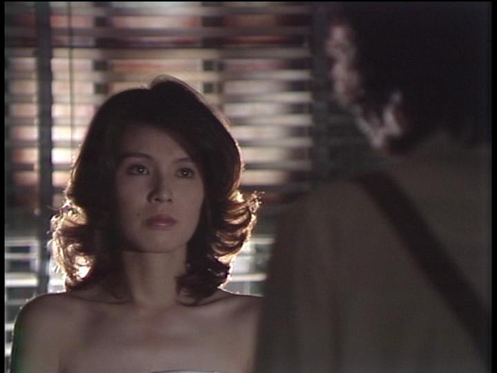 ドラマ内にて肩や胸元を出して男性を見つめる篠ひろ子