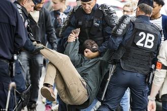 Migrants riot in France 1