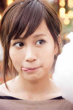 舌を出す前田敦子