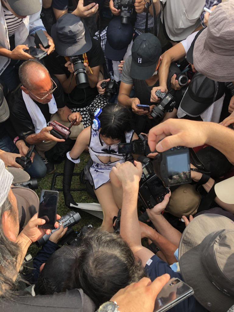 【炎上】 コミケで嫌がる中国人コスプレイヤーを日本人カメコがローアングル撮影→号泣「日本は怖い」