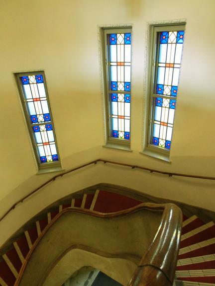 小樽市色内_旧日本郵船(株) 小樽支店_ステンドグラス窓の階段