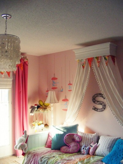 Pink-girls-room-with-bed-crown-530x706