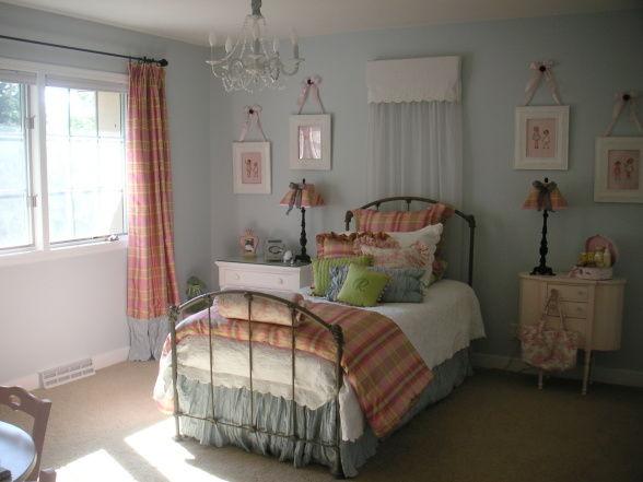 ドールハウスのような水色と茶色家具部屋