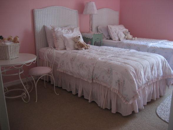 双子の女の子のピンク部屋