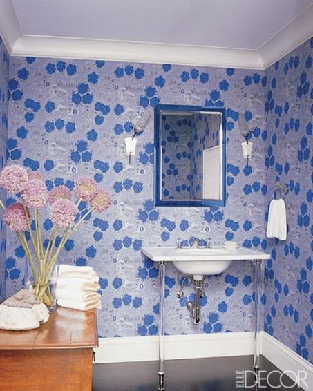 blau-wände-verzierungen-blumen-frisch-