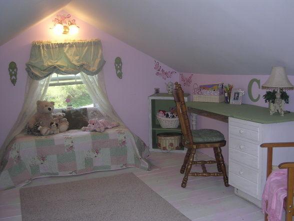 薄緑とピンクの可愛らしい小さな部屋