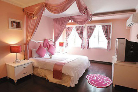 Pink-Girl-Hello-Kitty-Bedroom-Interior-Decorating-Ideas