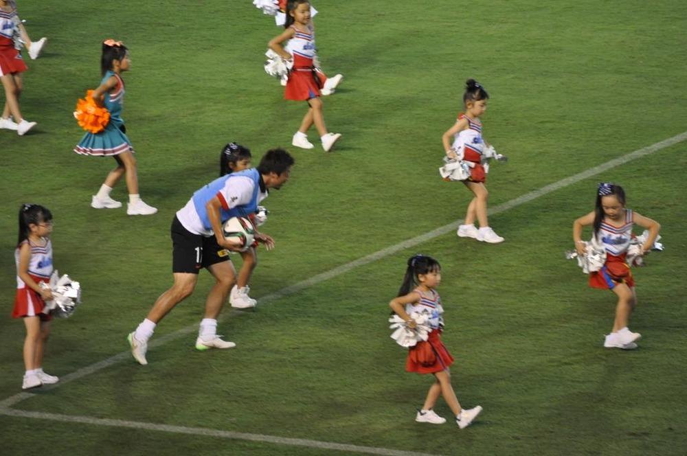 ◆J画像小ネタ◆幼女チアのダンスの中を疾走する浦和DF永田充wwww