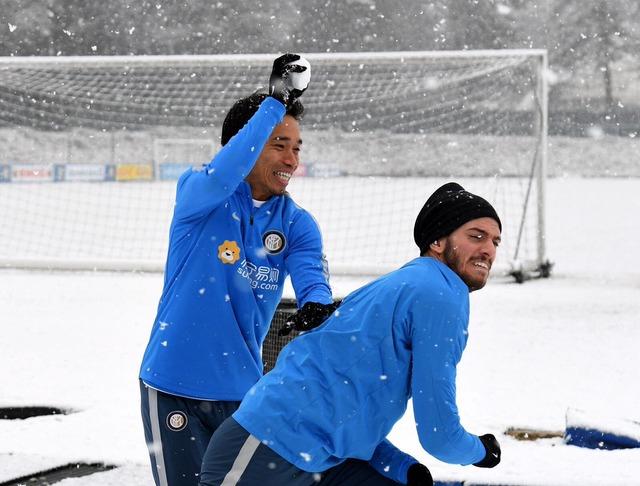 ◆画像◆雪積もったので練習が急遽雪合戦になったインテル長友が子供みたいに楽しそうでワロタwww