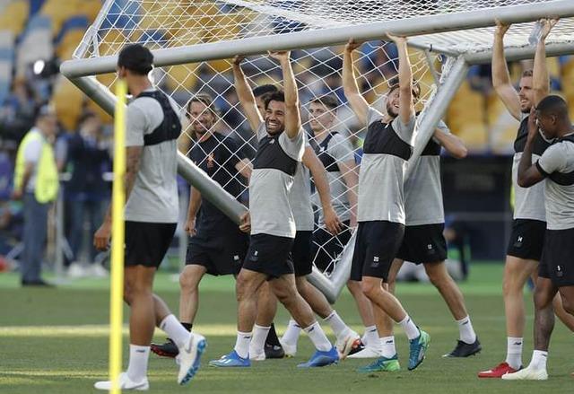 ◆CL小ネタ◆前日練習でゴールを運ぶモハメド・サラーがラウンドガールみたいで草