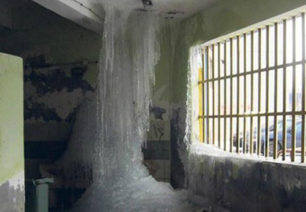 ◆悲報◆セルビアリーグ、ピクシーの古巣のロッカールームが大変なことに!寒さで床から天井まで氷柱が!