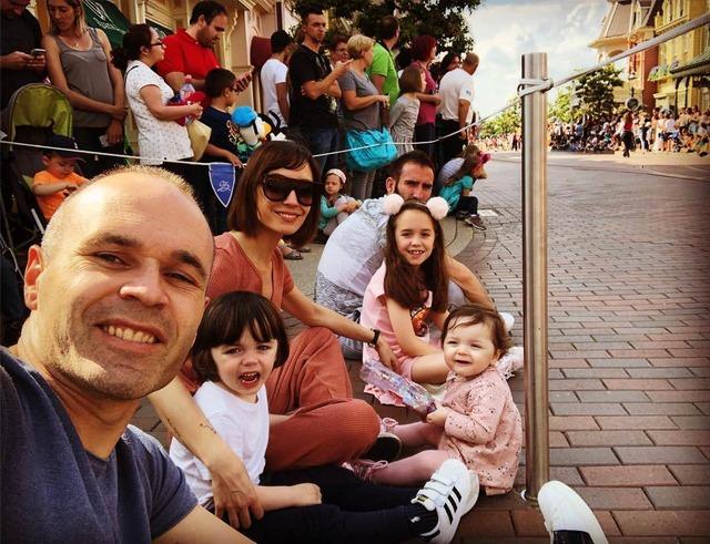 ◆画像◆ディズニーでパレード待ちして地面に直座りするイニエスタ一家w