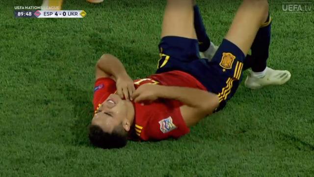 ◆悲報◆スペイン代表DFレギロン、ウクライナ戦で左足首負傷で悶絶…即ドレッシングルームへ