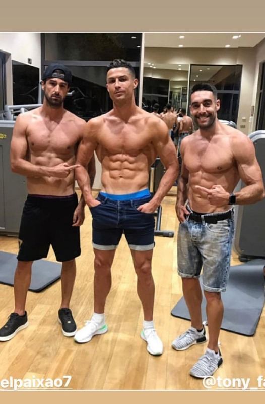◆画像◆クリロナさんがマッチョマン二人と筋肉自慢した結果www