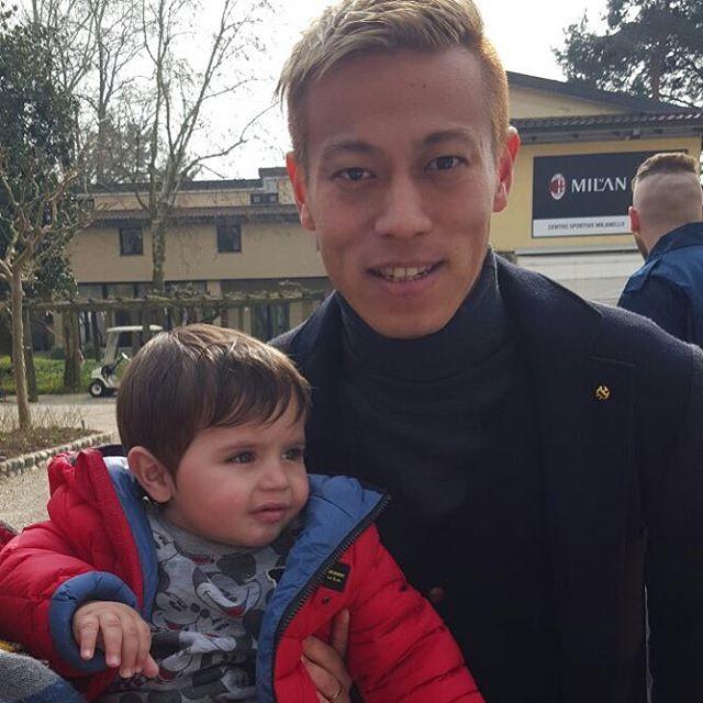 ◆ミラン本田◆イタリアの男の子とファンサでパシャリ!