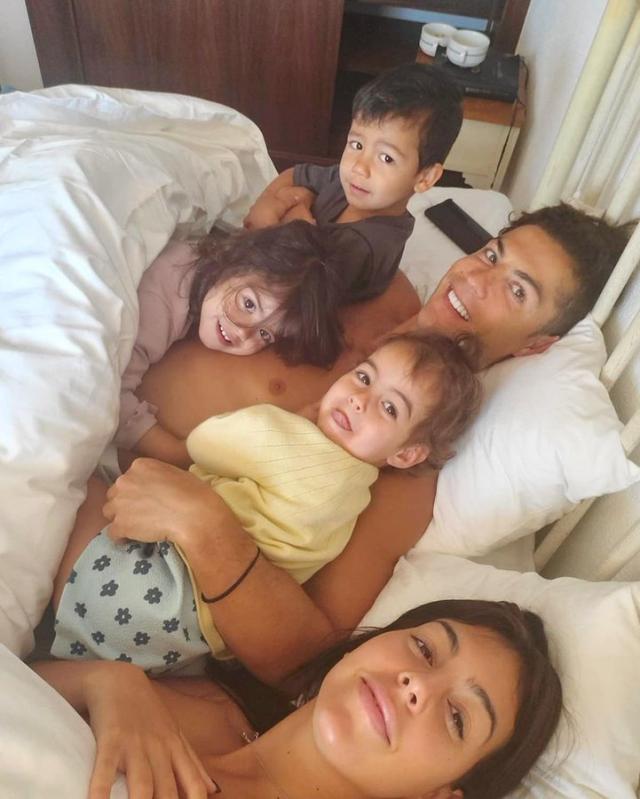 ◆朗報◆クリロナさん彼女のジョルジナ3人の子供と裸でベッド・イン!