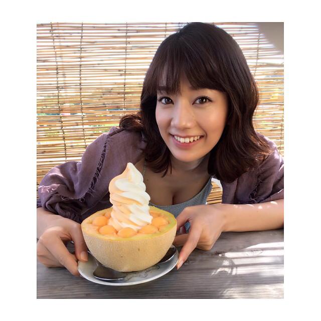 ◆画像◆Jリーグ女子マネ佐藤美希が夕張メロンを紹介してるがその奥に写る2つのメロンにしか目が行かないと話題に!