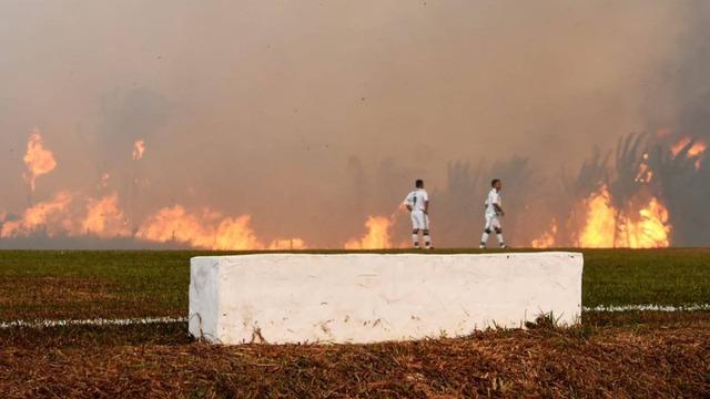 ◆ブラジル◆アマゾン山火事の火の手がスタジアム近くまで来てるのに試合をさせられるブラジル3部とかいう魔境