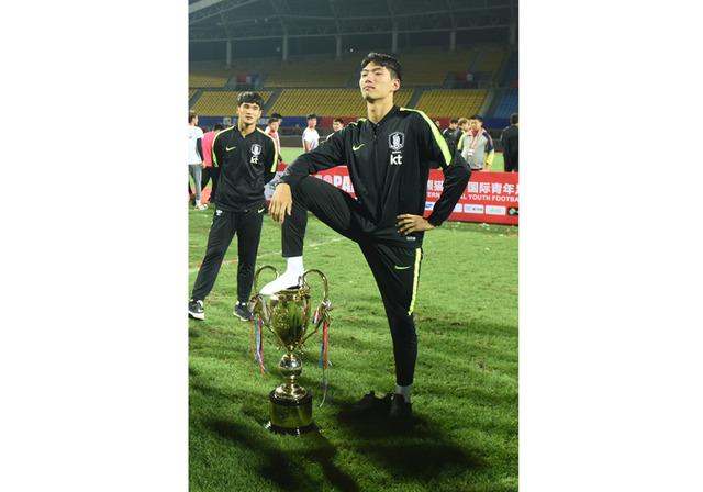 ◆アジア◆トロフィー踏みつけは氷山の一角…韓国サッカー、世界中でマナー悪い行為、五輪出場停止論も