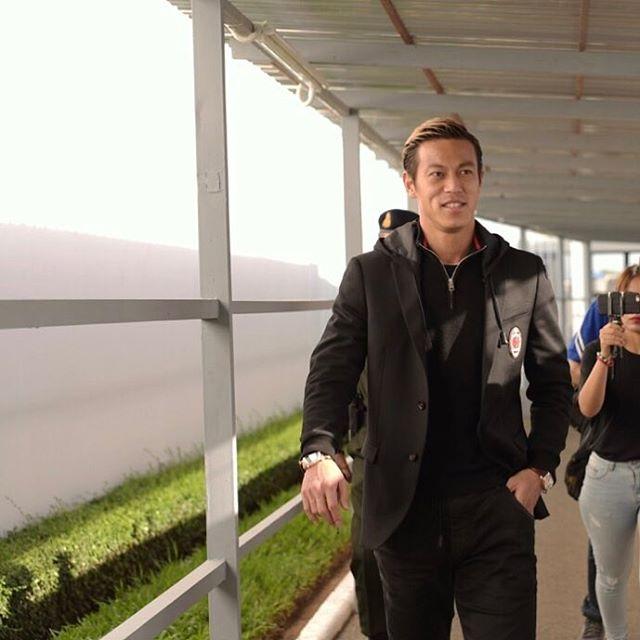 ◆ミラン本田◆本田圭佑、公式スーツに両手に腕時計でさっそうと歩く画像をUP