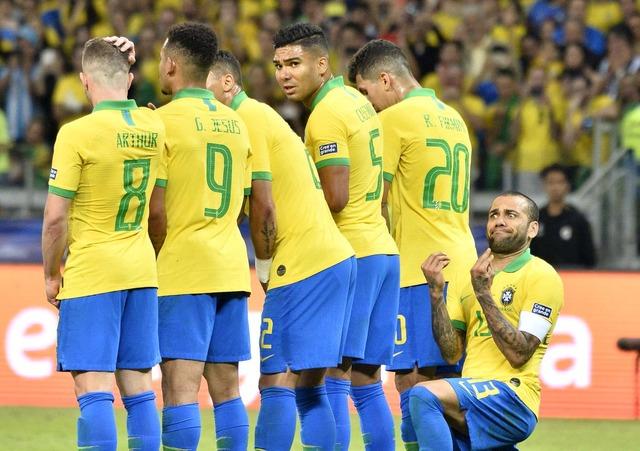◆画像◆メッシのFK対策で壁の後ろに座るダニ・アウベスが試合中にフザケた変顔しててワロタw