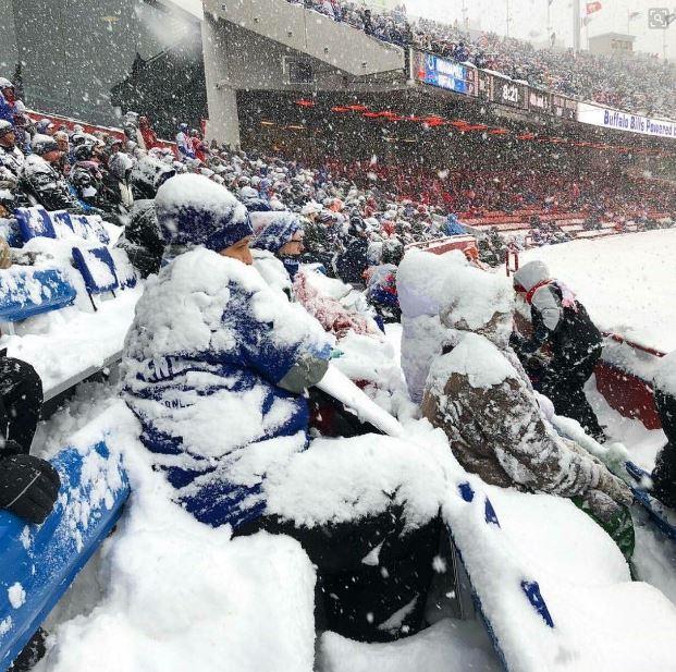 ◆画像◆Jが秋春制になったらこんな感じ?降雪中でも試合するNFLの観客席が大変なことになってて草