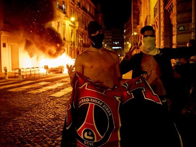 ◆悲報◆PSGサポがパリで暴徒化!約150人拘束…一方マルセイユではお祝いの花火を上げていた