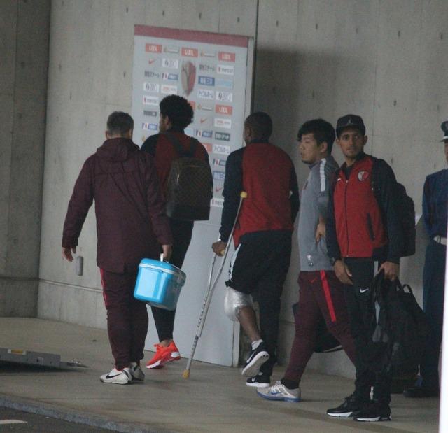 ◆悲報◆負傷退場のレオ・シルバ試合後松葉杖、重症か?靭帯損傷か半月板損傷の可能性も