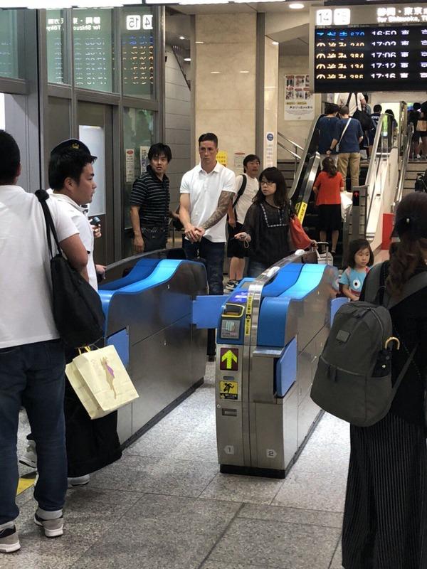 ◆画像◆名古屋駅の自動改札前にふわっと佇むF・トーレス師匠がシュール過ぎて草
