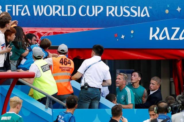◆悲報◆ドイツ代表メスト・エジル、敗戦直後スタンドのファンと口論!リストバンドを投げつける