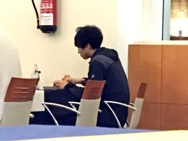 ◆画像◆テネリフェのレストランで一人でぽつんと食事する柴崎岳くんが侘びしすぎると話題に!