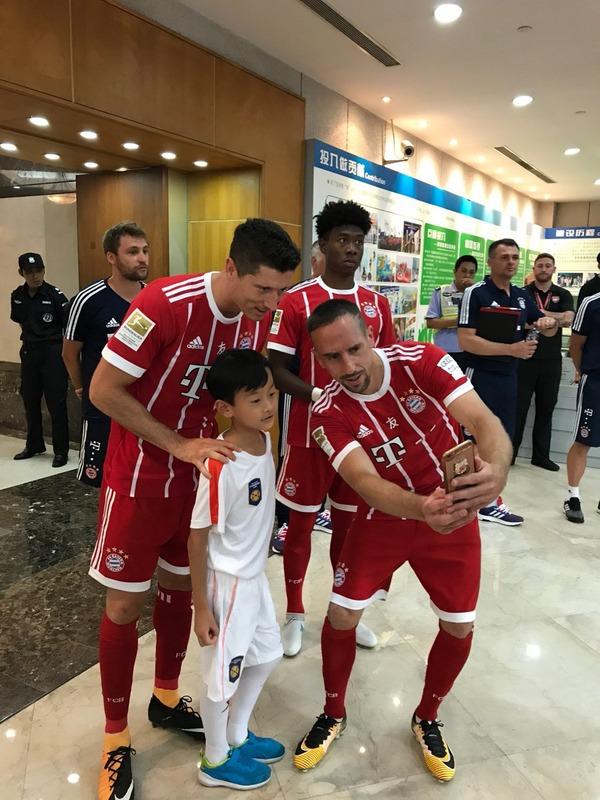 ◆画像◆一人の中国人の少年をリベリとレバンドフスキ挟んでセルフィした結果www