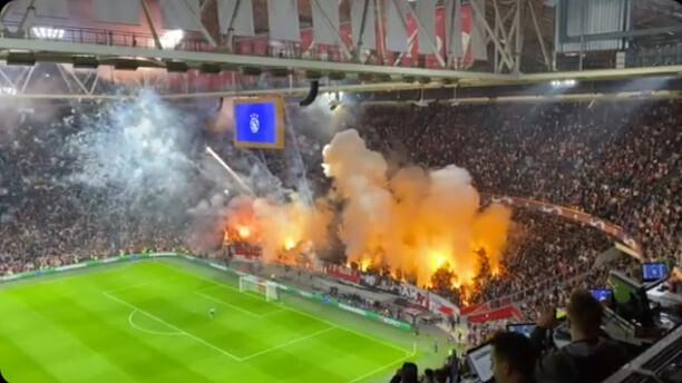 ◆悲報◆アヤックスサポ、室内競技場なのに発煙筒と打ち上げ花火上げ放題!試合開始時ボールも選手もほぼ見えず