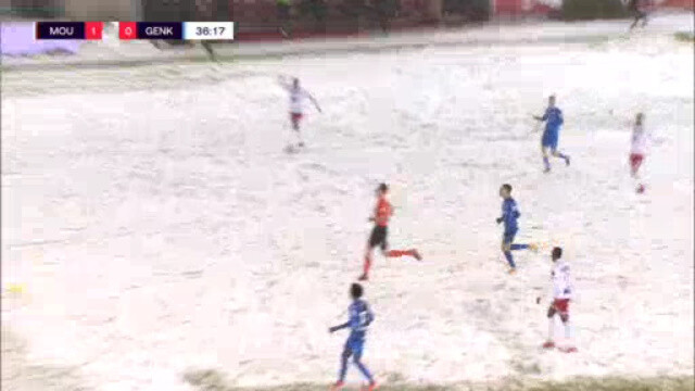 ◆悲報◆ベルギー1部ムスクロン×ゲンクの一戦雪かき間に合わずピッチ上真っ白…ボールがほぼ見えない