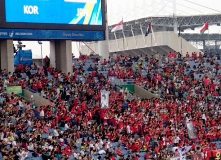 ◆アジア大会◆韓国サポーター伊藤博文を暗殺したテロリスト安重根の旗が掲げられる・・・男子サッカー日韓戦