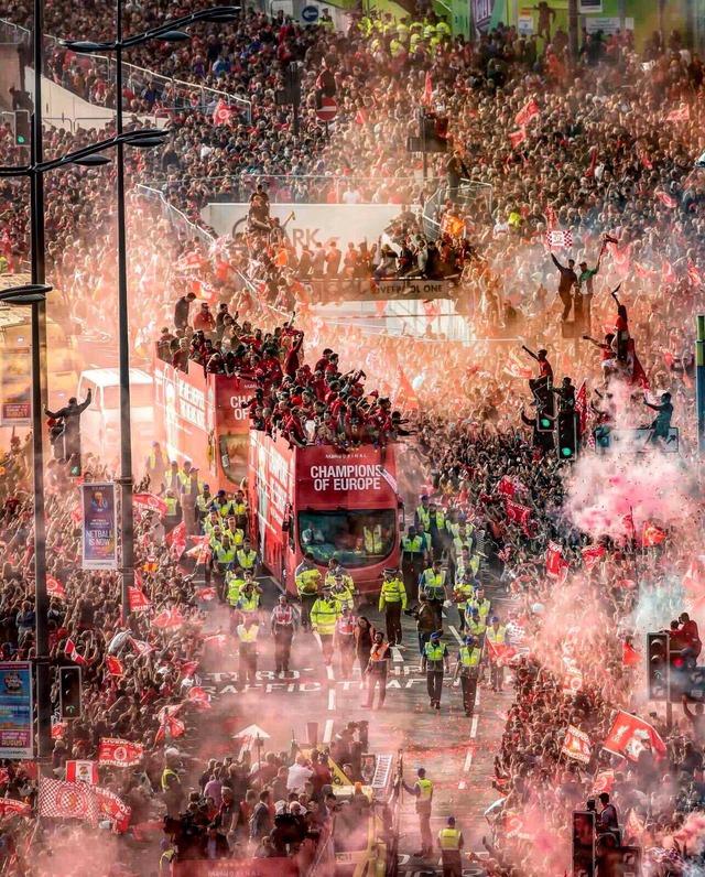 ◆UCL◆6度目の優勝リバプールの凱旋パレードに75万人!沿道が真っ赤にそまり大変なことに!